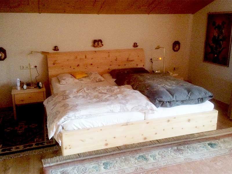 Bett aus Zirbe aus der Schreinerei Geiger in Eschenlohe
